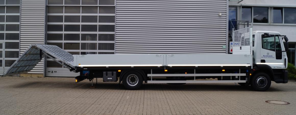Baumaschinentransporter mit Auffahrrampen